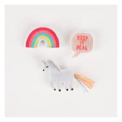 cadeau-anniversaire-enfant-broches-ecussons-licorne-meri-meri